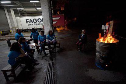 Trabajadores de Edesa, durante su encierro en la factoría de Basauri.
