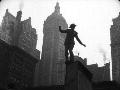 Fotograma de 'Too much Johnson', parte de una secuencia de persecución por Manhattan.