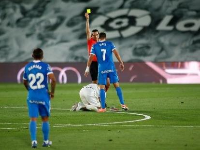 Martínez Munuera amonesta a Jaime Mata tras una falta a un rival del Madrid.