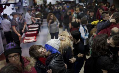 Protesta contra la expulsión de una pareja de chicos en el Burger King de la Plaza de los Cubos de Madrid el sábado 6 de diciembre.
