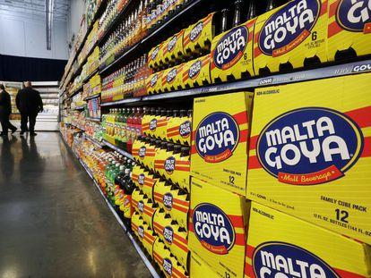 Dos personas pasan por un pasillo con productos de Goya Foods en Nueva Jersey,