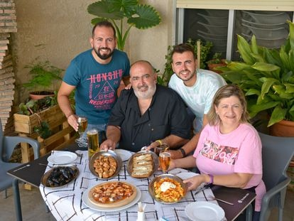 Miguel Ángel y Nieves, con sus hijos Miguel Ángel y Carlos, en la terraza del Bananas de Villapalacios (Albacete), en julio.