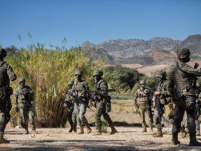 Soldados de la Legión en las inmediaciones del recinto del Campamento de Ronda, Málaga, Andalucía, a 7 de octubre de 2020.