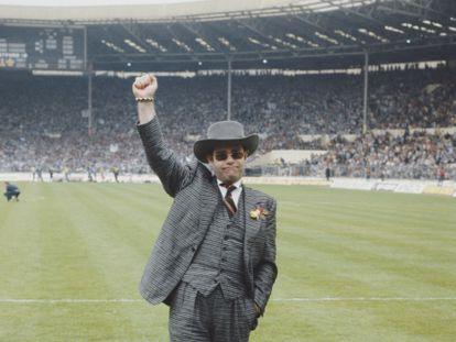 Elton John, entonces presidente del Watford FC, durante la final de la FA Cup ante 100.000 aficionados en el estadio de Wembley. El artista hablaría de esa jornada como una de las más felices de su vida, a pesar de que perdieron contra el Everton.