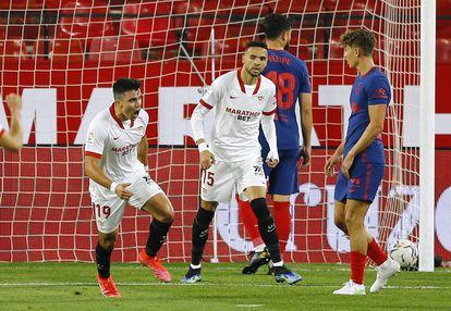 Acuña celebra su gol ante el Atlético este domingo en el estadio Ramón Sánchez Pizjuán.