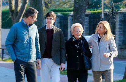 Iñaki Urdangarín, su hijo Pablo Nicolás, su madre Claire Liebaert y la infanta Cristina en Vitoria el 25 de diciembre.