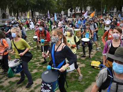 Activistas de Extinction Rebellion protestan con mascarilla frente al Parlamento británico en Londres, el miércoles 9 de septiembre.