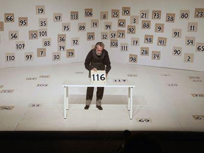 El artista Isidoro Valcárcel Medina, en un ensayo de la obra 'En función de 1, 2, 3...'.