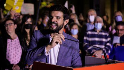 Gerard Esteva toma la palabra en la manifestación contra Ada Colau en la plaza Sant Jaume de Barcelona, este jueves.