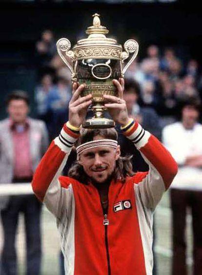 Bjorn Borg levanta su cuarta copa en 1979.