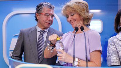Francisco Granados y Esperanza Aguirre, en una rueda de prensa tras una un reunión del comité de dirección del PP de Madrid, en 2011.