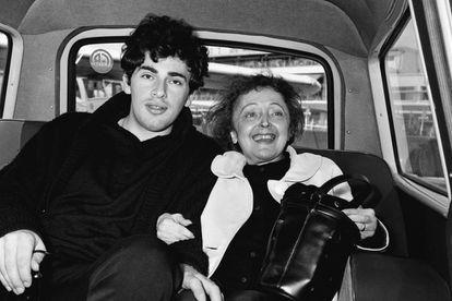 La cantante Édith Piaf con Théo Sarapo, 21 años más joven que ella, el día de su boda