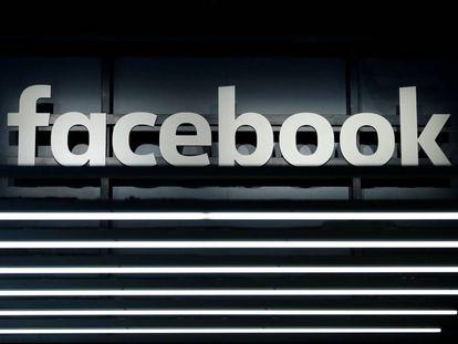 El logo de Facebook durante una presentación en Frankfurt.