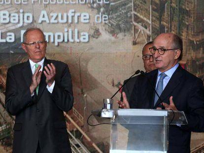 El presidente de Perú, Pedro Pablo Kuczynski y el presidente de Repsol, Antonio Brufau, en la inauguración de la planta de diésel bajo en azufre