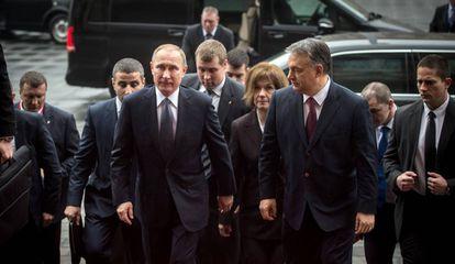 El presidente ruso Vladimir Putin junto a su anfitrión y primer ministro húngaro, Viktor Orban, en Budapest este jueves.