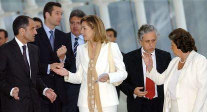 La Infanta Cristina junto a Francisco Camps, el periodista Miguel Ángel Aguilar y Rita Barberá durante la entrega de los premios de periodismo Salvador de Madariaga en 2004 en Valencia. Al fondo, el duque de Palma.