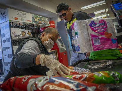 Paula Urbana, de 71 años, guarda productos en un supermercado de Ciudad de México, expuesta todo el día al contagio del coronavirus.