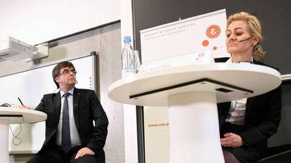 Puigdemont escucha las preguntas de la profesora Marlene Wind, este lunes, en Copenhague.