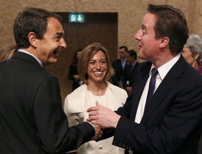 El presidente del Gobierno, José Luis Rodríguez Zapatero, bromea con el primer ministro de Reino Unido, David Cameron, en presencia de la ministra de Defensa, Carme Chacón. En total, Lisboa acogerá a jefes de Estado y de gobierno de 48 países, entre los 28 que forman parte de la Alianza atlántica y una veintena más que aportan tropas.