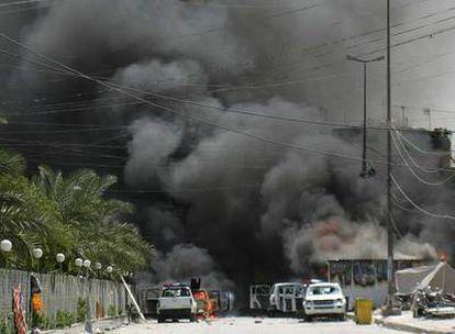 Coches incendiados durante los enfrentamientos de ayer en la ciudad santa de Kerbala.