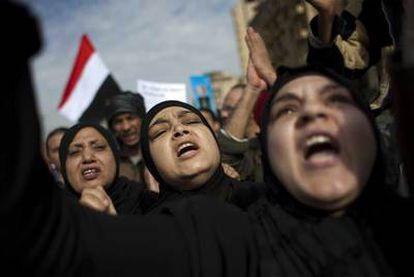 Mujeres corean eslóganes contra Mubarak, hoy en el centro de El Cairo