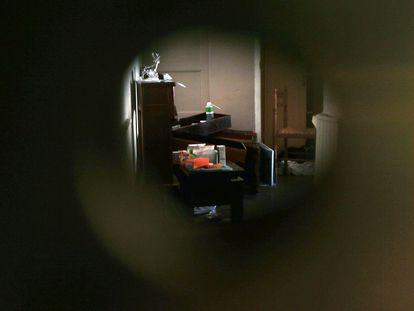 Vista, a través de la cerradura, del interior del domicilio del autor de la masacre de Niza, Mohamed Boulhel, en su casa del barrio de Abattoirs, en Niza.
