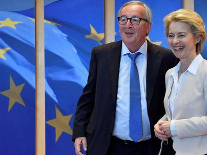 Juncker, junto a sus sucesora al frente de la Comisión, Ursula von der Leyen, el 23 de julio en Bruselas.