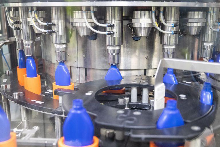 Producción de gel hidroalcohólico en la fábrica del grupo Beiersdorf Nivea, en Tres Cantos, Madrid.