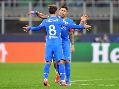 Griezmann y Súarez celebran el gol del uruguayo, de penalti.