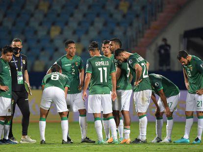 La selección de Bolivia, este lunes en Goiânia, durante su debut contra Paraguay.