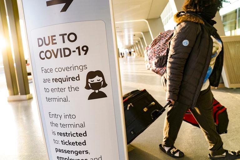 Un cartel recuerda la obligatoriedad de usar mascarilla en la zona de salidas del aeropuerto de LaGuardia (Nueva York), este miércoles.