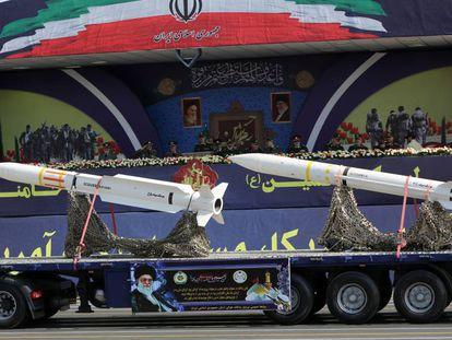 Un camión con misiles durante un desfile militar en Teherán el pasado septiembre. En vídeo, Irán amenaza a EE UU en el multitudinario funeral de Soleimani.