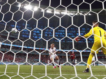 Dolberg, en el momento de marcar el segundo gol de Dinamarca.