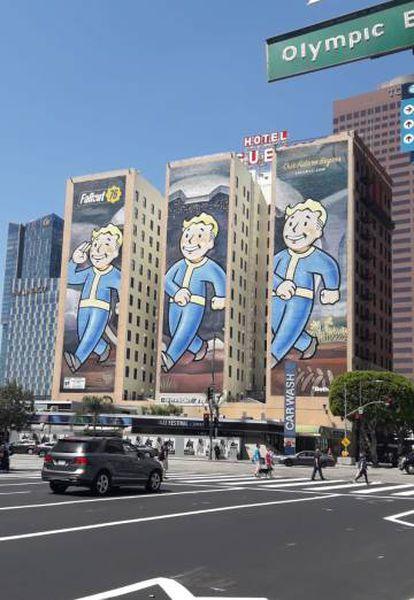 Tres edificios en las inmediaciones del Convention Center decorados con el Pip-Boy, icono de la saga 'Fallout'.