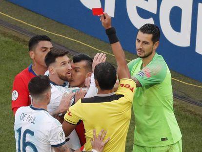 Messi ve la tarjeta roja.