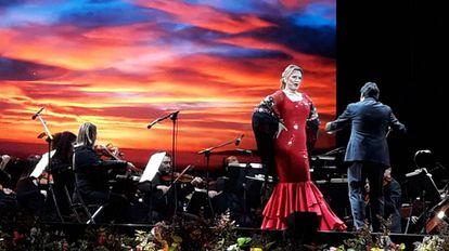 La soprano Ainoha Arteta, durante una actuación en la Plaza Mayor de Madrid.