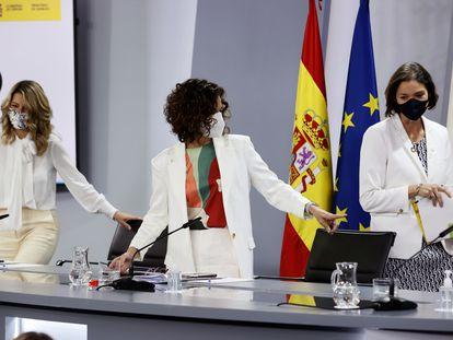 La portavoz del Gobierno, María Jesús Montero, junto a la ministra de Trabajo y Economía Social, Yolanda Díaz y a la ministra de Industria, Comercio y Turismo, Reyes Maroto.