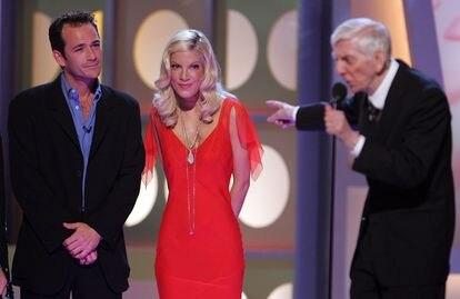 Luke Perry y Tori Spelling, junto al productor Aaron Spelling en 2005.