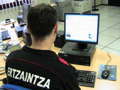 Un agente de la Ertzaintza consulta una página web.