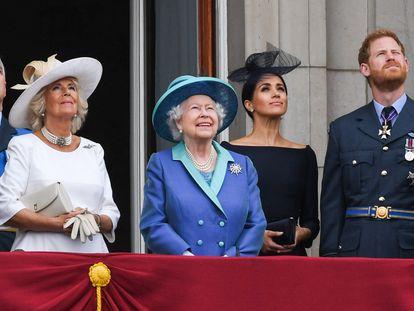 Desde la izquierda, en primer término, el príncipe Carlos, Camilla Parker Bowles, la reina Isabel, Enrique de Inglaterra y Meghan Markle, en Londres en julio de 2018.