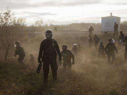 Policiais junto ao oleoduto Dakota Access Pipelines (EUA).