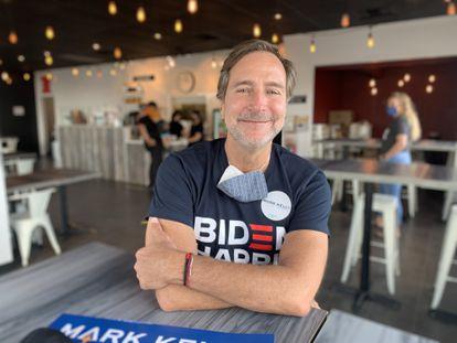 El exembajador de EE UU en España, James Costos, el lunes en Tucson, Arizona, donde hace de voluntario para la campaña de Mark Kelly al Senado.