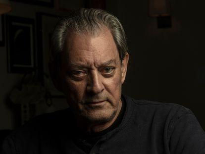 El escritor Paul Auster, retratado en septiembre de 2021 en su casa de Brooklyn, en Nueva York.