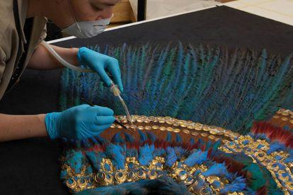 Una experta restaura el penacho de Moctezuma, en Viena, en una imagen de archivo.