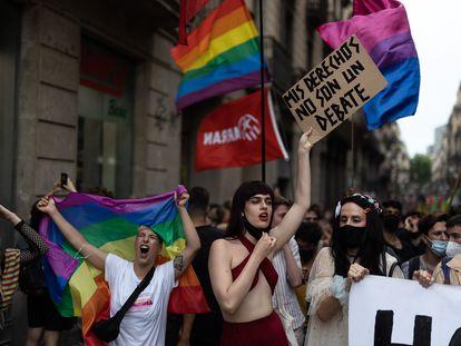 Una manifestante muestra un cartel reclamando sus derechos