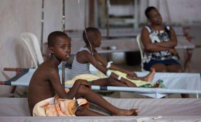 Niños enfermos de cólera en una clínica de Diquini, en Carrefour (Haití).