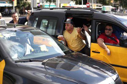 Huelga de taxistas contra Uber en el centro de Barcelona.