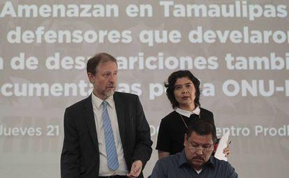 Raymundo Ramos (centro), acompañado de Jan Jarab, de la ONU, y Tania Reneaum, de Amnistía Internacional.