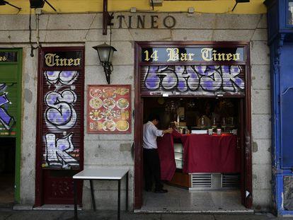 Un bar de la plaza Mayor de Madrid, cerrando el pasado viernes.