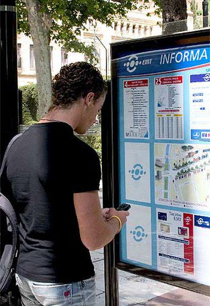 Un joven compra un billete de autobús por Mobipay, en Málaga.